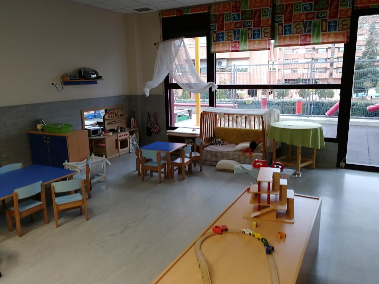 Madridilaisen päiväkodin leikkihuone ja askartelutila