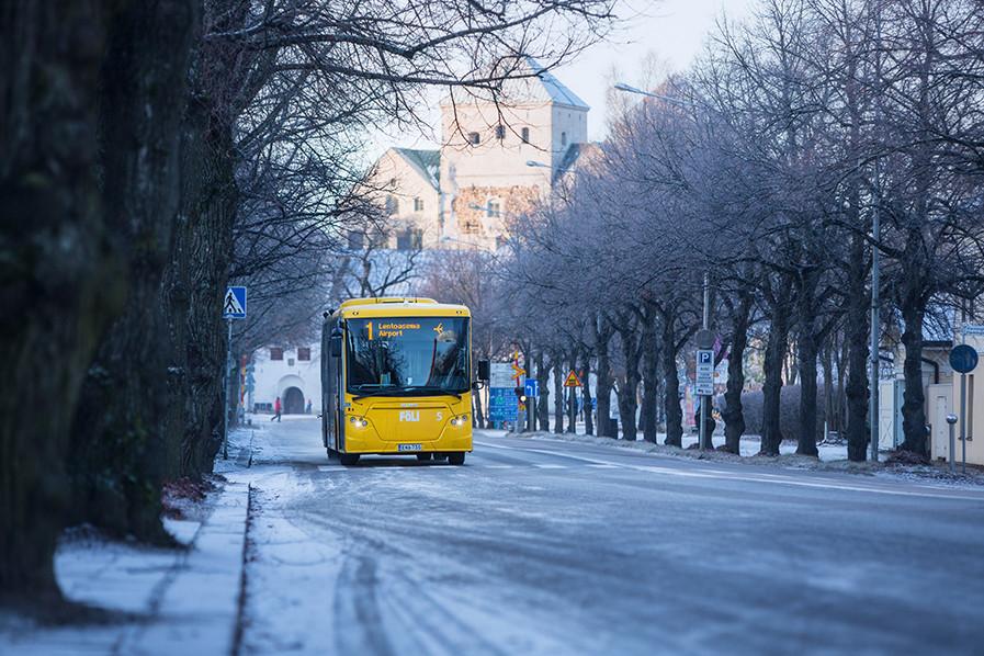Föli-bussi ja Turun linna.