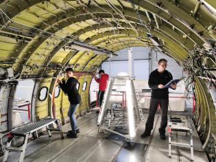 Suomalaiset opiskelijat tutustumassa lentokoneen mekaniikkaan