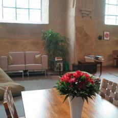 Pyhiinvaelluskeskuksen sisätiloissa on mm. sohvia ja säkkituoleja.