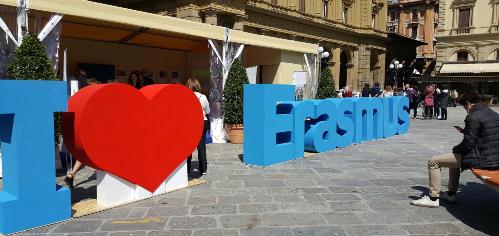 I love Erasmus -kyltti Italian kadulla