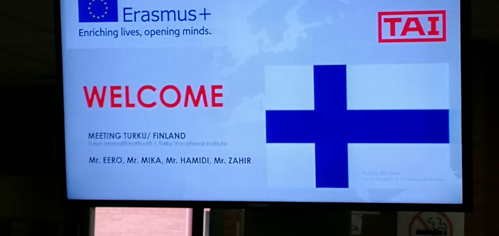 Digitaalinen infotaulu toivottaa suomalaiset opettajat ja opiskelijat tervetulleiksi