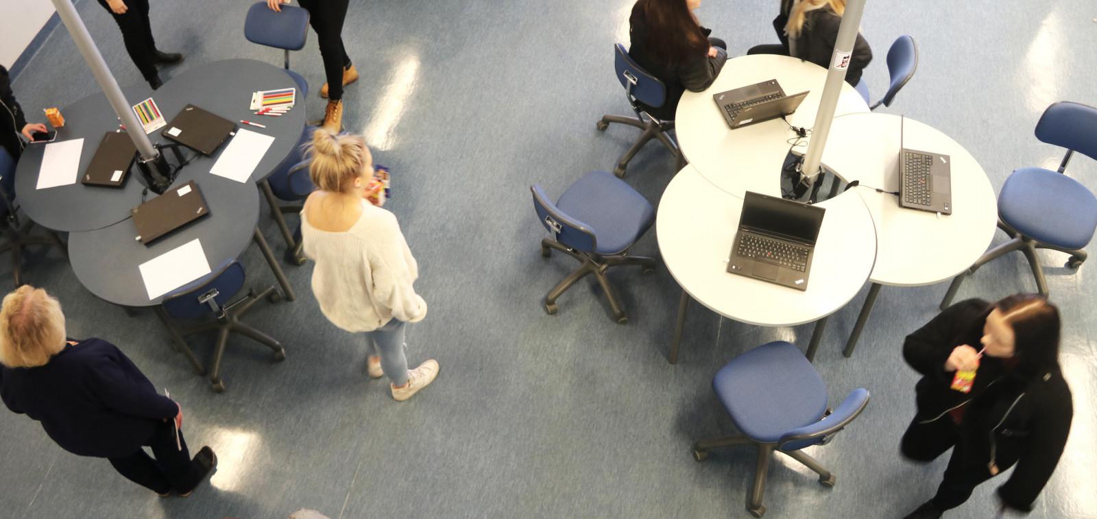Opiskelijat ja opettajat tutustumassa TAIn uuteen Oppimoon.