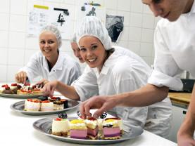 Opiskelijat viimeistelevät Ahtisaari-leivoksia